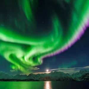 Navigation de nuit en voilier pour voir les aurores boréales dans l'arctique